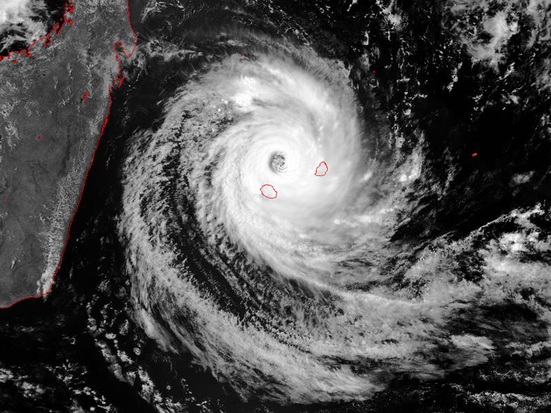 Le cyclone DINA approche de la Réunion le 22 Janvier 2002 (Météo France)