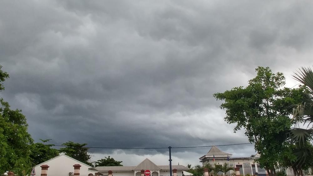 Photo prise depuis Champ Borne montrant le mur de pluie sur le relief Est de la Réunion (cycloneoi.com)