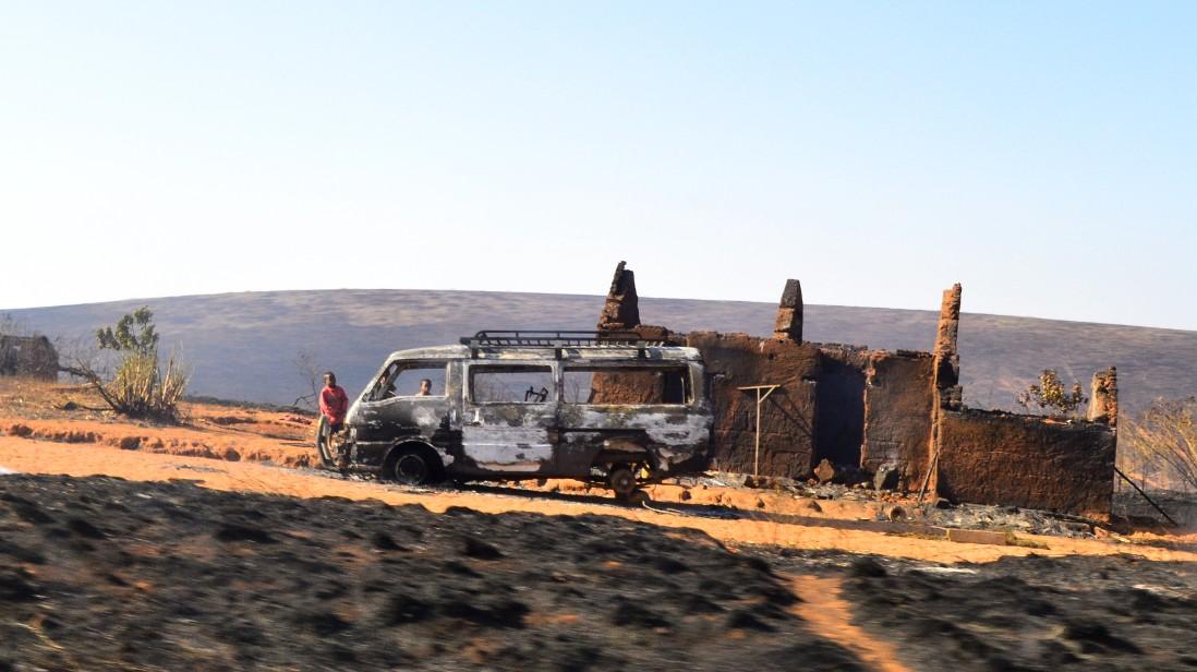 Voiture et maison brûlé par l'incendie sur brûlis ©CYCLONEOI.COM