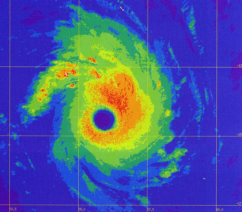 Le cyclone DANIELLA à son pic d'intensité au nord de la Réunion (image : Firinga.com)