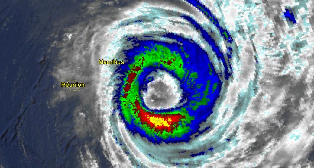 L'oeil du cyclone tropical intense EDWINA fait près de 130 km/h de diamètre (NOAA)