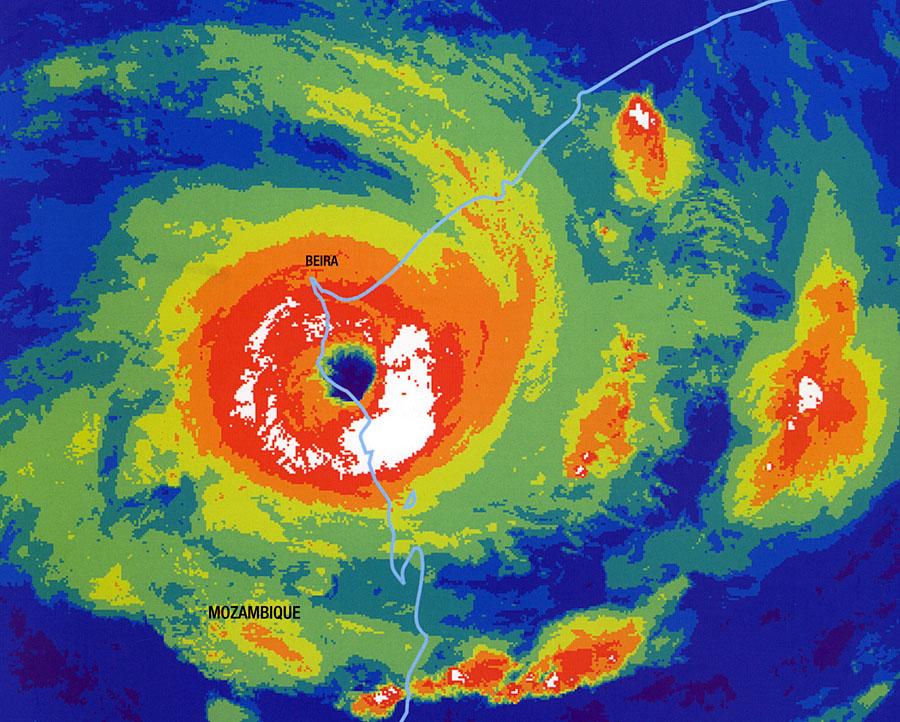 cyclone Intense ELINE frappant le Mozambique le 22/02/2000 (image Météo France via firinga.com)
