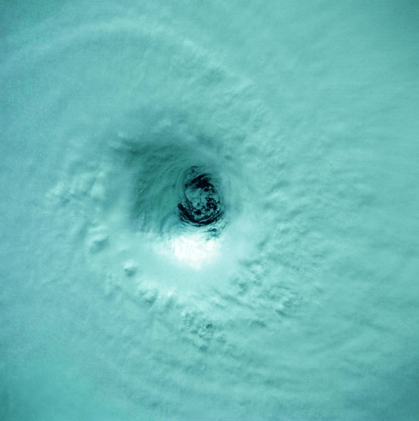 Oeil du cyclone Kamisy avril 1984 (image NASA)
