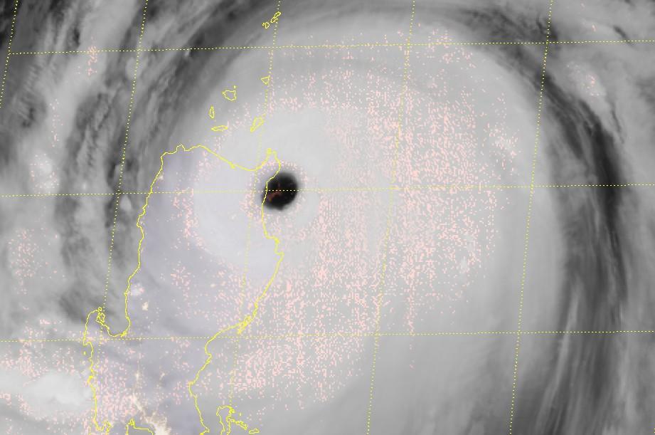L'oeil du typhon MANGKHUT touchant le nord des Philippines ©RAMMB
