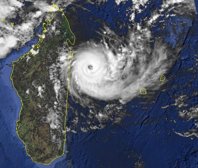 Bonita le 10 jan 1996 a 6utc sur le point de frapper Madagascar (NOAA)